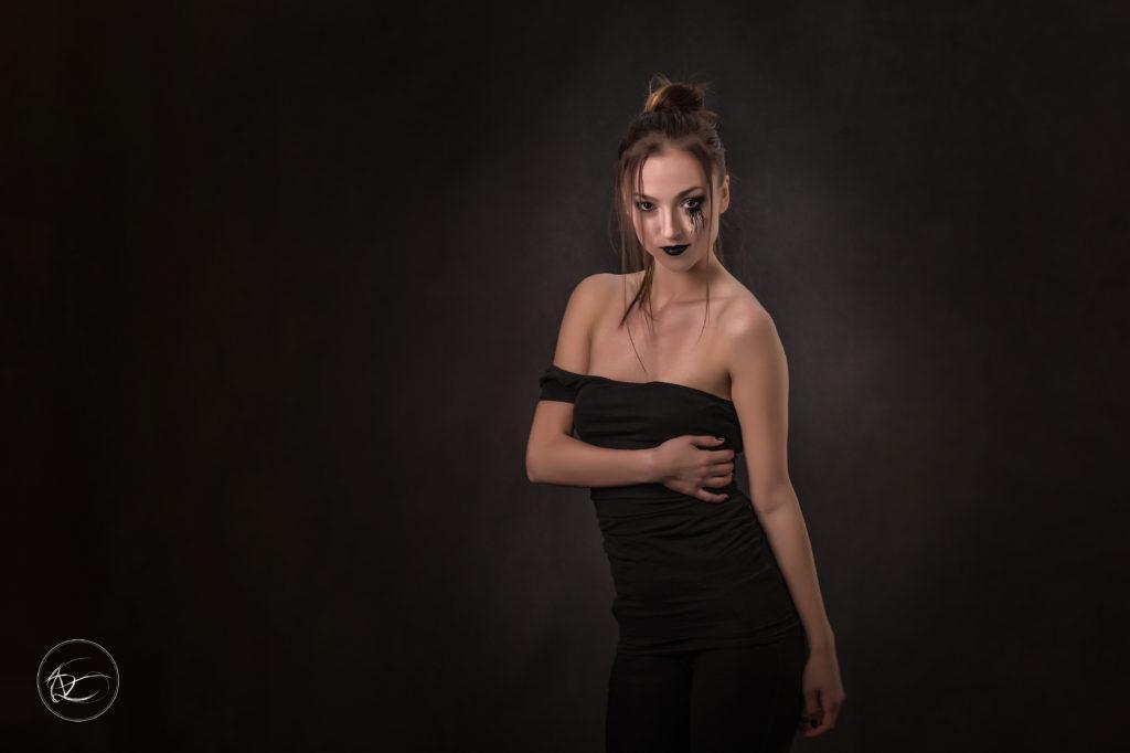 Fotografie portrétů je možné fotit, jak v exteriéru, tak i v prostření ateliéru, kde si fotograf může připravit světelné podmínky dle svého uvážení.